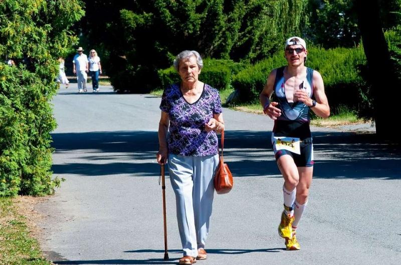 跑步起跑姿势两脚距离多少正常跑步正确的姿势是怎样